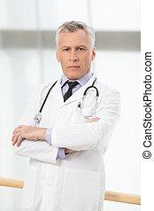 confiado, asistencia médica, professional., confiado, médico maduro, posición, con, el suyo, armamentos cruzaron