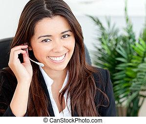 confiado, auriculares, llevando, mujer de negocios, asiático
