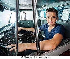 confiado, bombero, conducción, firetruck