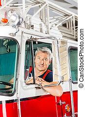 confiado, bombero, firetruck, sentado