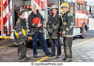 confiado, bomberos, camión, contra, equipo