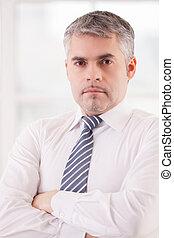 confiado, businessman., confiado, hombre mayor, en, formalwear, mantener, armamentos cruzaron, y, mirar cámara del juez