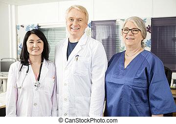 confiado, equipo médico, posición, juntos, en, clínica