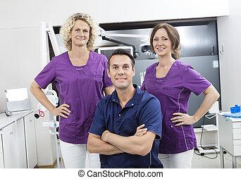 confiado, macho, dentista, con, hembra, ayudantes