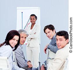 confiado, mujer de negocios, hacer, un, presentación, a, ella, equipo