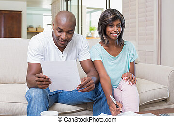 confiado, pareja, calculador, cuentas, sofá