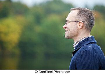 confiado, sonriente, al aire libre, hombre maduro