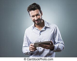 confiado, sonriente, tableta, hombre