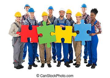 confiado, trabajadores construcción, unión, pedazos jigsaw