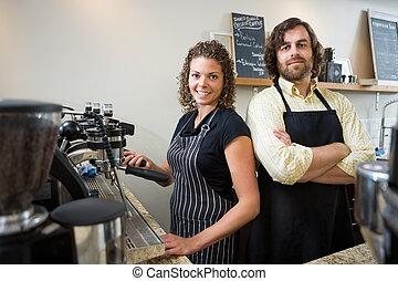 confiado, trabajadores, en, mostrador, en, tienda de café