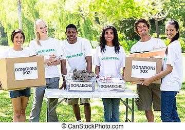 confiado, voluntarios, con, donación, cajas