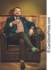 confiado, whisky, silla del barbero, sentado, de madera, ...