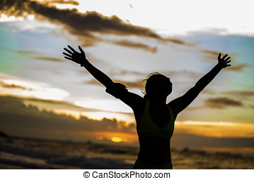 confiança, mulher, litoral, braços, sob, forte, abertos, amanhecer