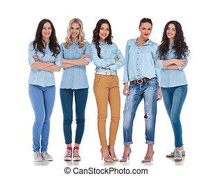 confiant, équipe, de, cinq, occasionnel futé, femmes, debout