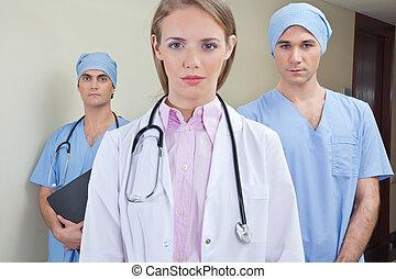 confiant, équipe, jeune docteur