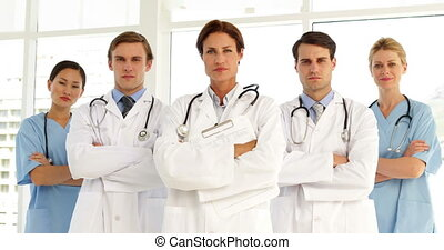confiant, équipe, regarder, appareil photo, monde médical