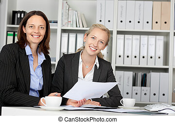 confiant, bureau, femmes affaires, bureau, séance