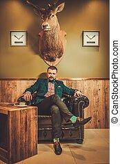 confiant, coiffeur, chaise bois, séance, homme, confortable, démodé, cuir, intérieur, shop.
