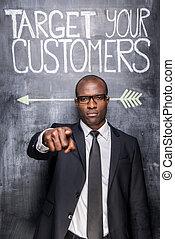 confiant, contre, tableau noir, ton, jeune, cible, customers!, il, pointage, homme, africaine, debout, croquis, formalwear, vous, quoique
