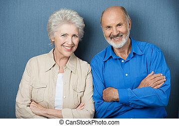 confiant, couple, bras pliés, personnes agées