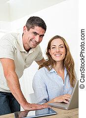 confiant, couple, portable utilisation