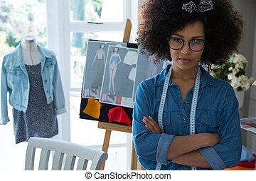 confiant, debout, portrait, femme, mode, armes traversés, concepteur