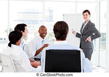 confiant, elle, équipe, présentation, donner, femme affaires