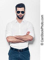 confiant, et, handsome., beau, jeune homme, dans, chemise blanche, garder, bras croisés, et, regarder appareil-photo, quoique, debout, contre, fond blanc