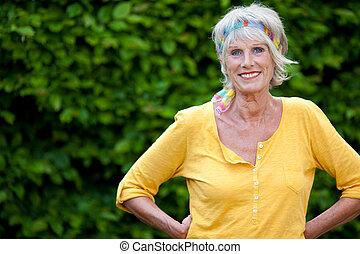 confiant, femme aînée, jardin