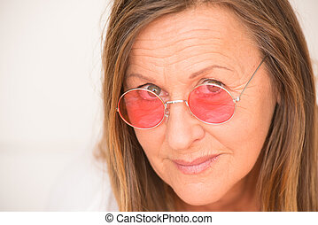 confiant, femme, heureux, rouges, lunettes