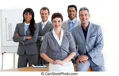 confiant, gens, conférence, business, sourire, appareil photo, multi-ethnique, table, autour de