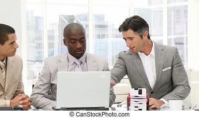confiant, hommes affaires, fonctionnement