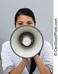 confiant, instructions, ethnique, femme affaires, hurlement