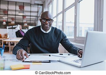 confiant, jeune homme, à, sien, bureau