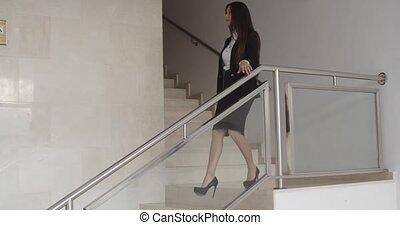 confiant, marche, femme affaires, intérieur, élégant