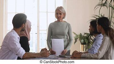 confiant, meeting., équipe, vieilli, femme, tenue, milieu, briefing, brain-storming, éditorial