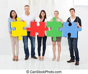 confiant, puzzle, joindre, businesspeople, morceaux