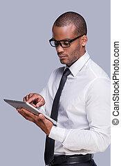 confiant, tablette, numérique, fonctionnement, sien, contre, jeune, fond, homme, cravate, chemise, africaine, examiner, gris, debout, gadget., nouveau, quoique