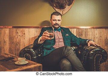 confiant, whisky, chaise coiffeur, séance, bois, homme, confortable, démodé, cuir, intérieur, shop., verre