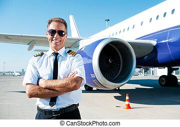 confiante, avião, braços, macho, uniforme, cruzado, fundo, piloto, sorrindo, mantendo, pilot.