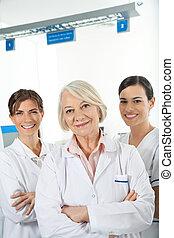 confiante, equipe médica