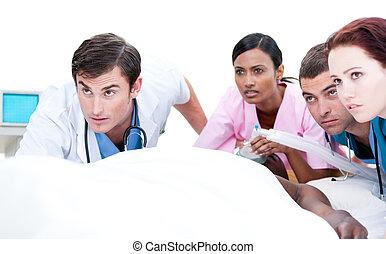confiante, equipe médica, resuscitating, um, paciente