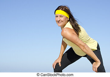 confiante, exercitar, mulher madura, céu, isolado