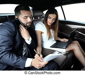 confiante, homem negócios, conversa telefone, carro