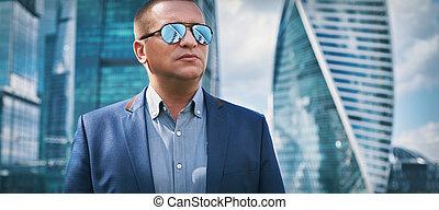 confiante, homem negócios, em, um, cidade