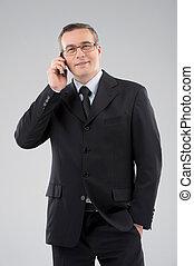 confiante, móvel, meio-idade, isolado, formalwear, cinzento, falando, businessman., homem, telefone