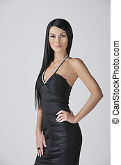confiante, moda, model., atraente, mulher jovem, em, vestido preto, posar, enquanto, isolado, branco