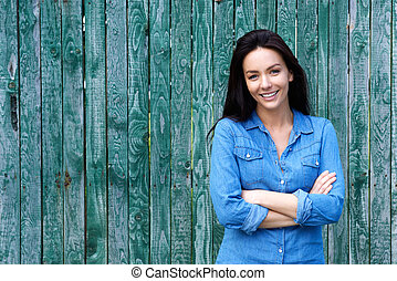 confiante, mulher sorridente, braços cruzados