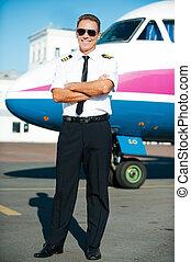 confiante, pronto, avião, braços cruzaram, macho, uniforme, fundo, comprimento, piloto, cheio, sorrindo, flight., mantendo