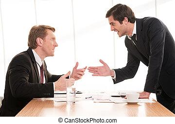 conflict., επιχείρηση , κάθονται , αιτιολογώ , άντρεs , νέος , formalwear , δυο , χρόνος , τραπέζι , χειρονομία